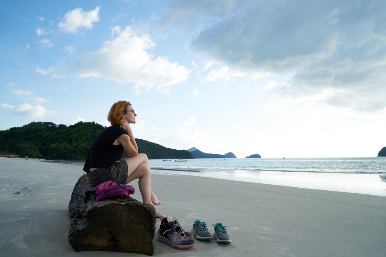 Девушка-турист отдыхает на пляже
