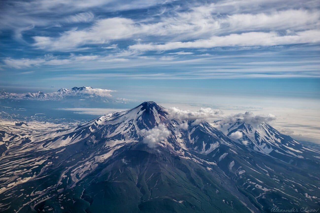 Высоко в горах вид на заснеженную гору