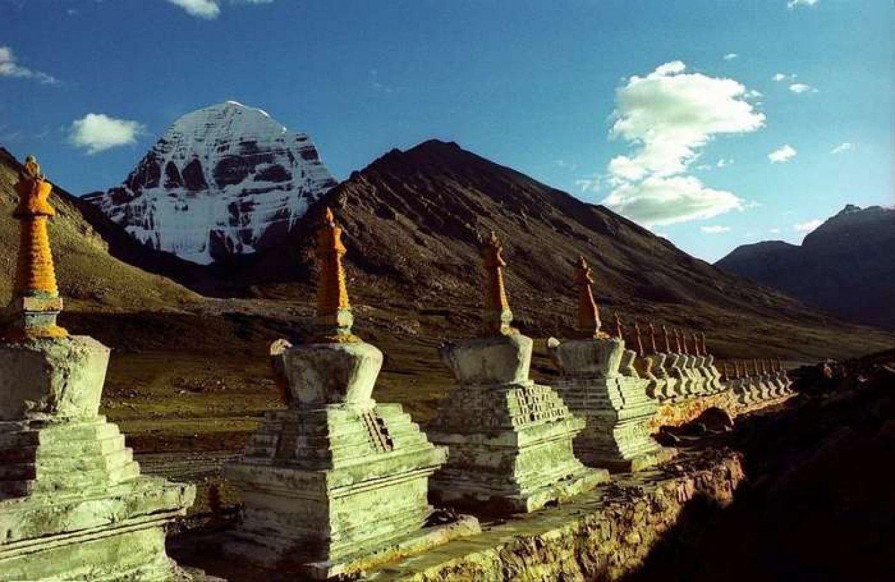Гора Кайлас и буддийские ступы