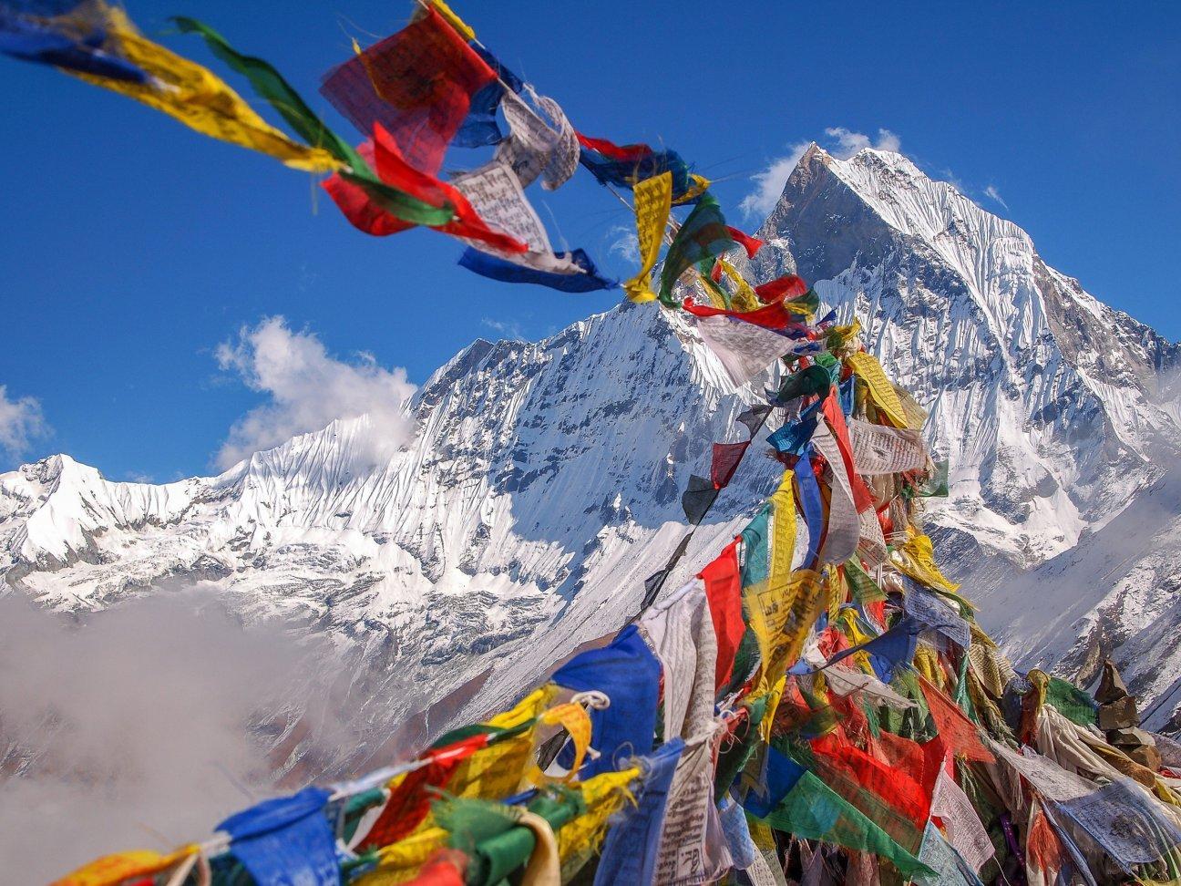 Разноцветные флажки в горах