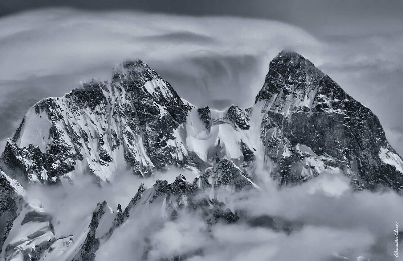 Заснеженные горные пики