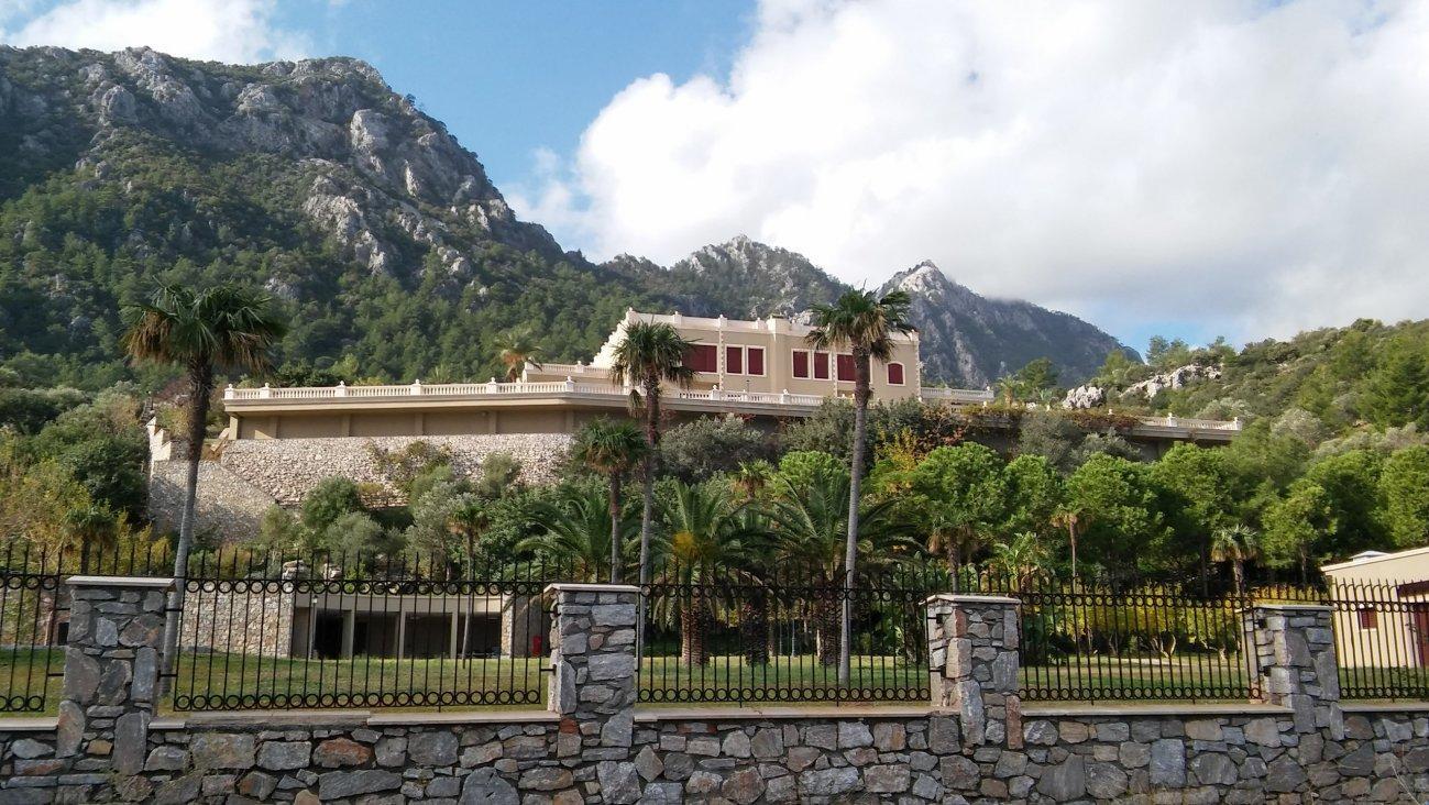 Замок на фоне величественных гор