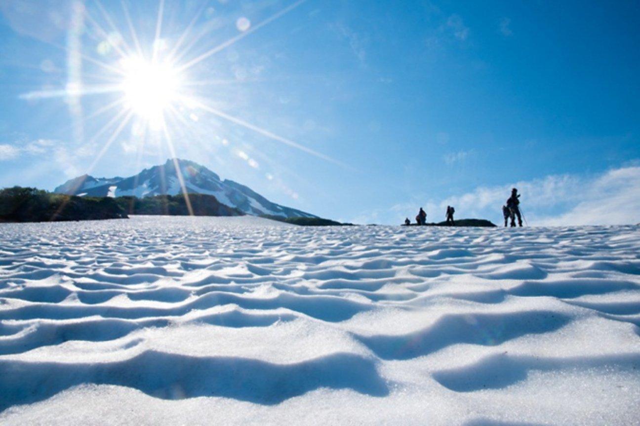 В горах на снежной вершине в полдень