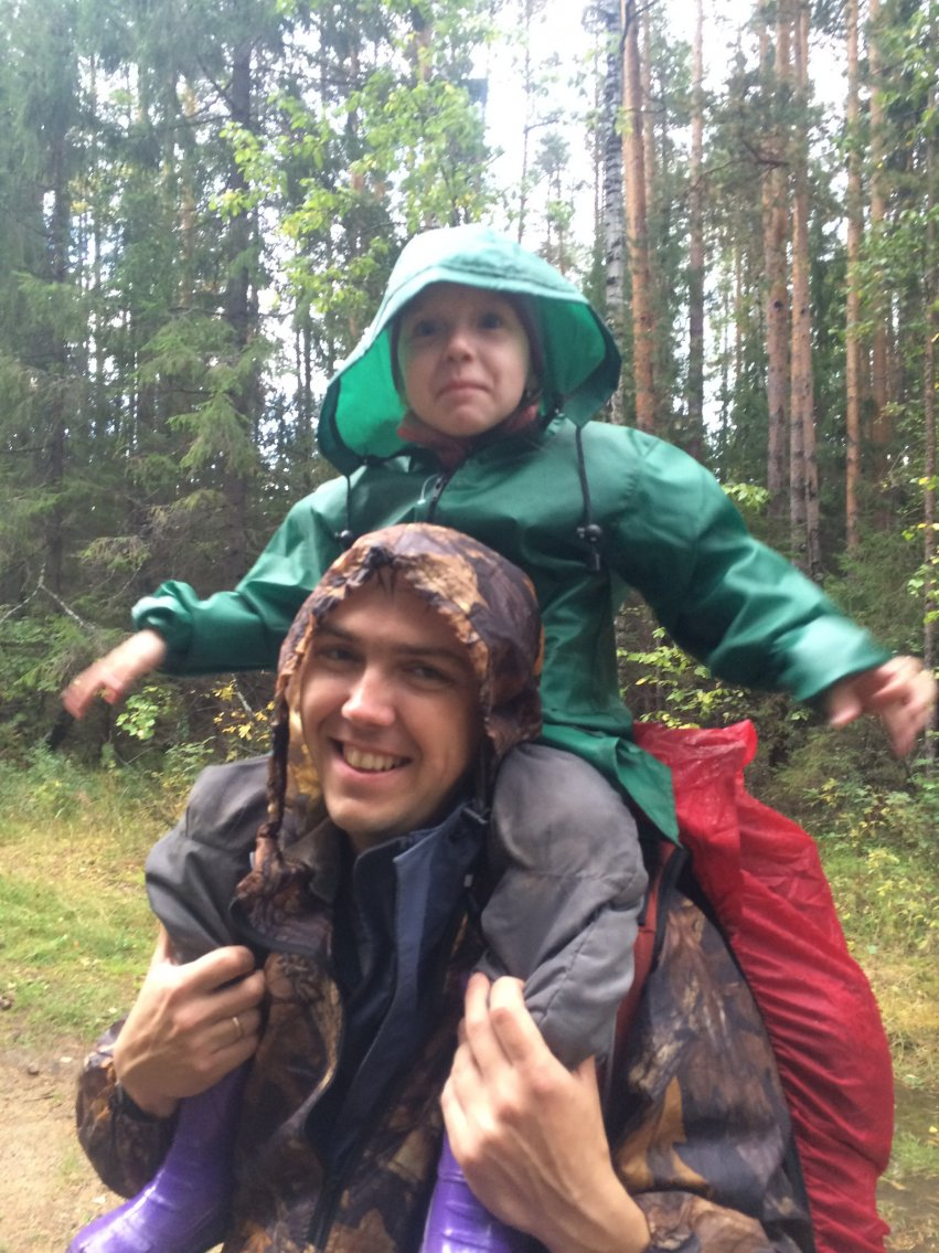 С дочкой на плечах в лесу в турпоходе