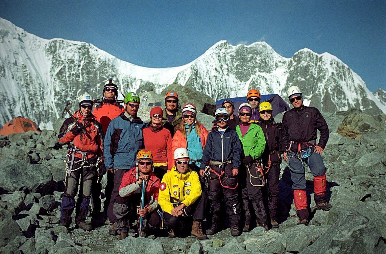 Альпинисты высоко в горах в снаряжении