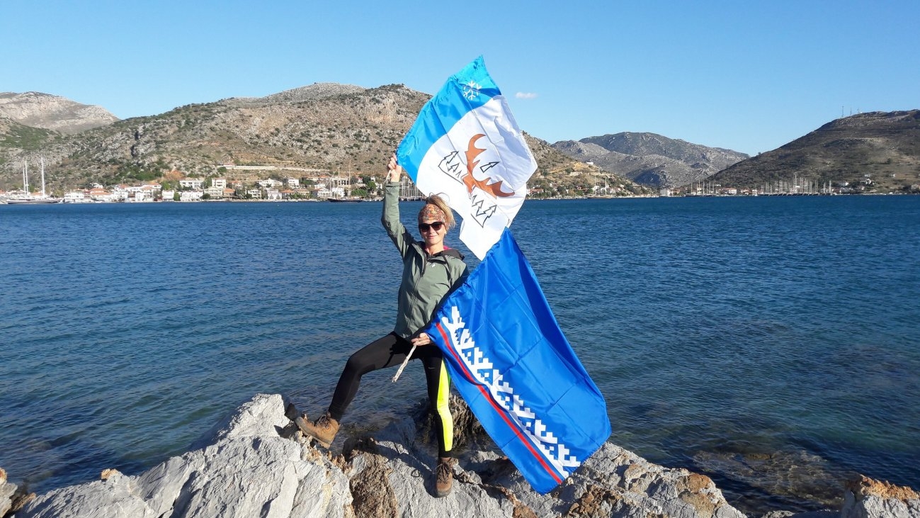 Елена с флагом Лабытнанги
