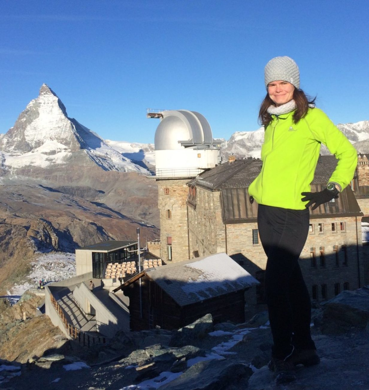 Девушка в горах у абсерватории