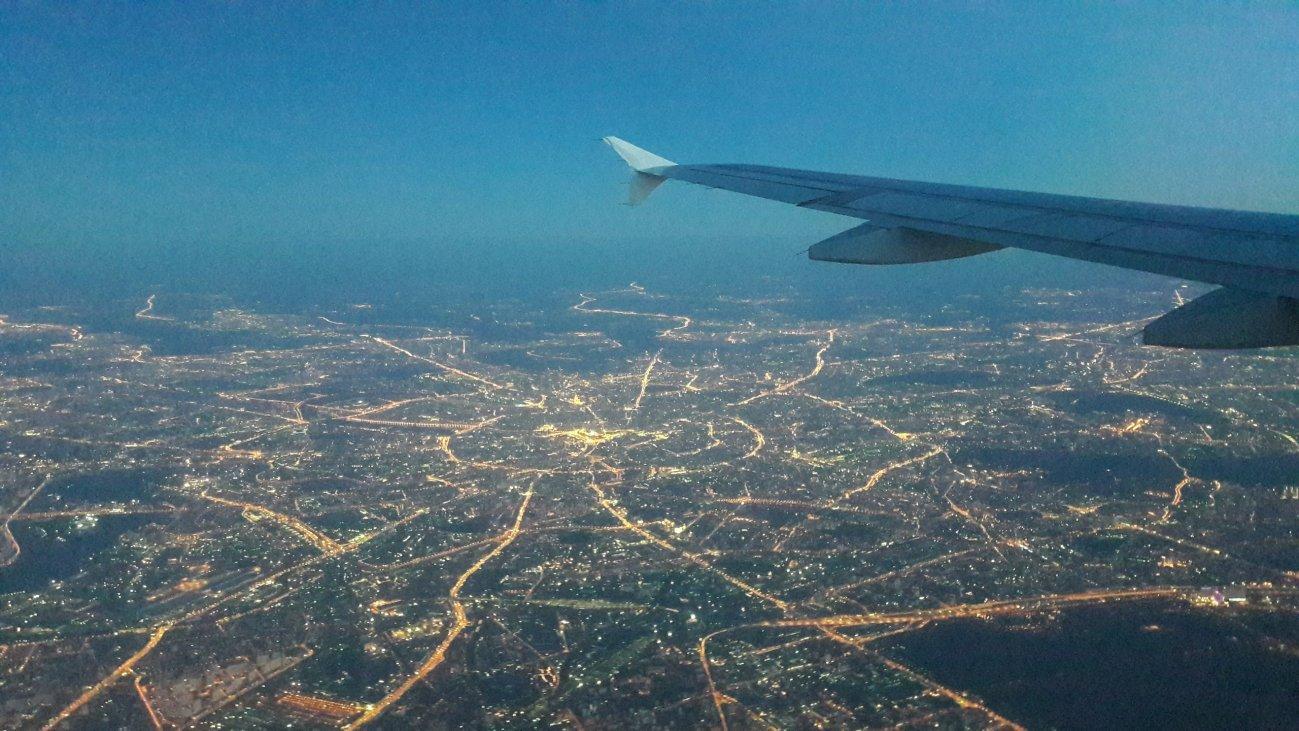 Ночной мегаполис из окна самолета