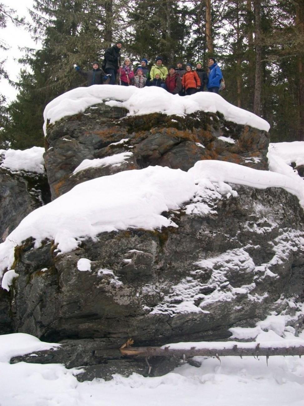 На скале с друзьями