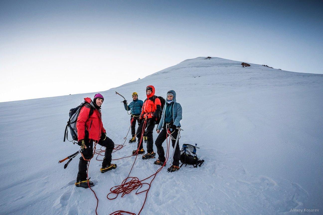 Восхождение на гору группы туристов
