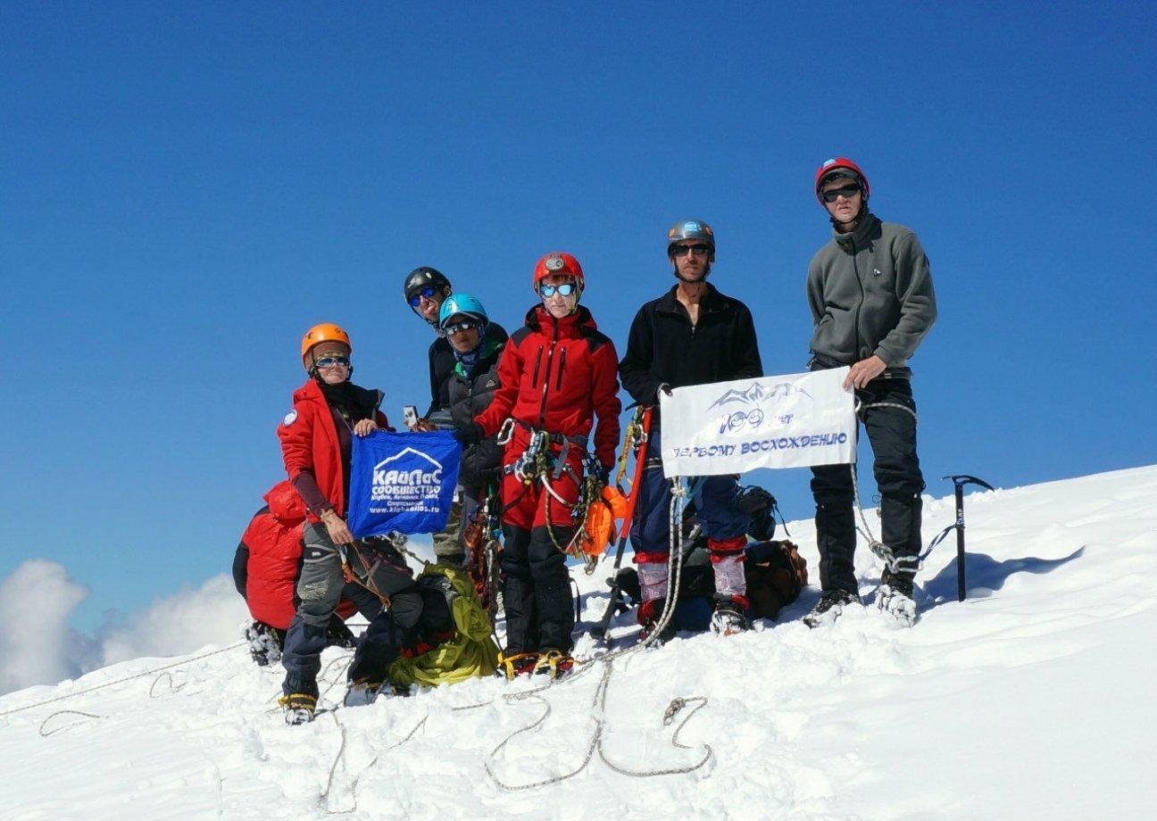 Туристы покорили высокую гору с флагом