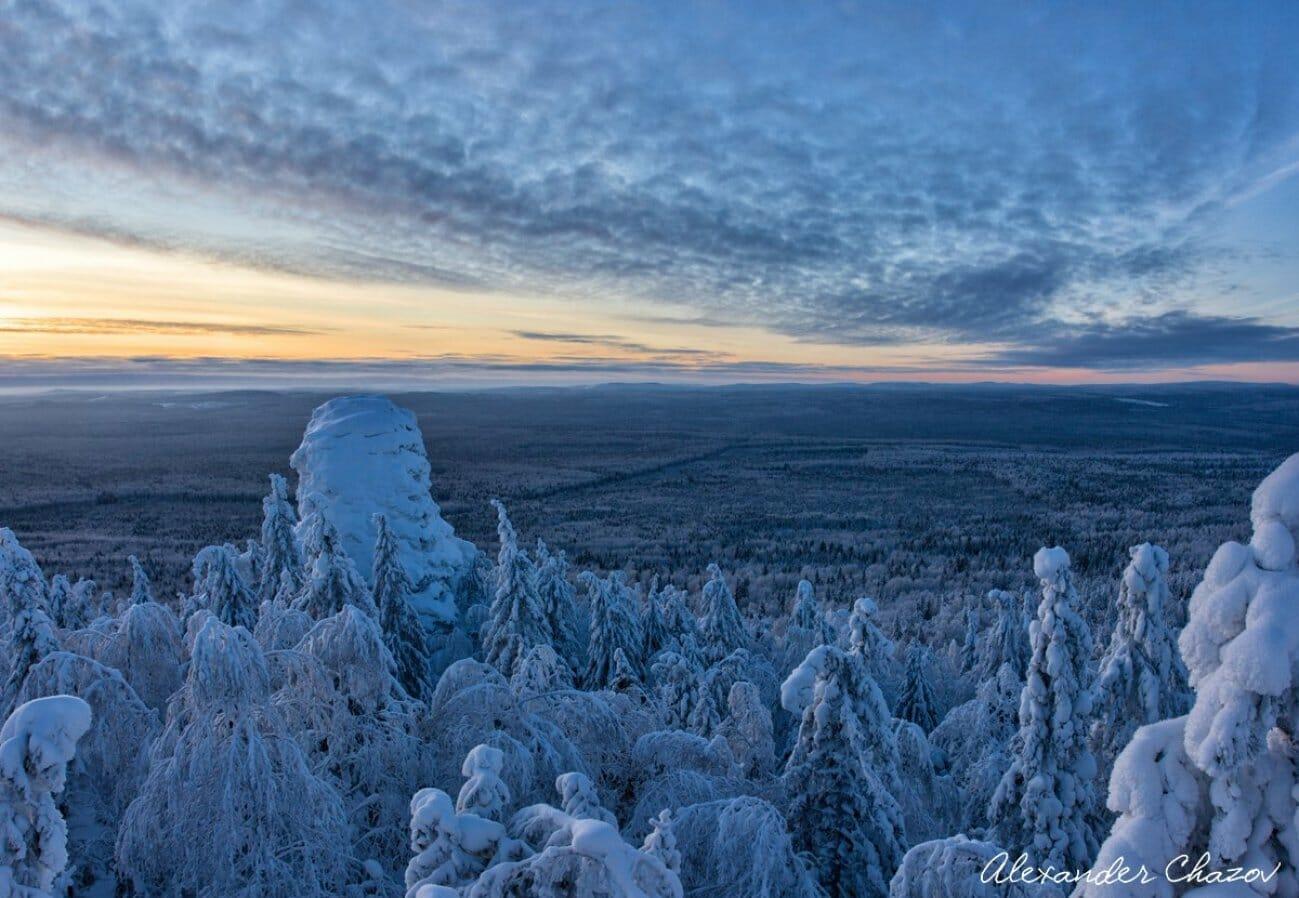 Зимняя долина и заснеженные горы Урала