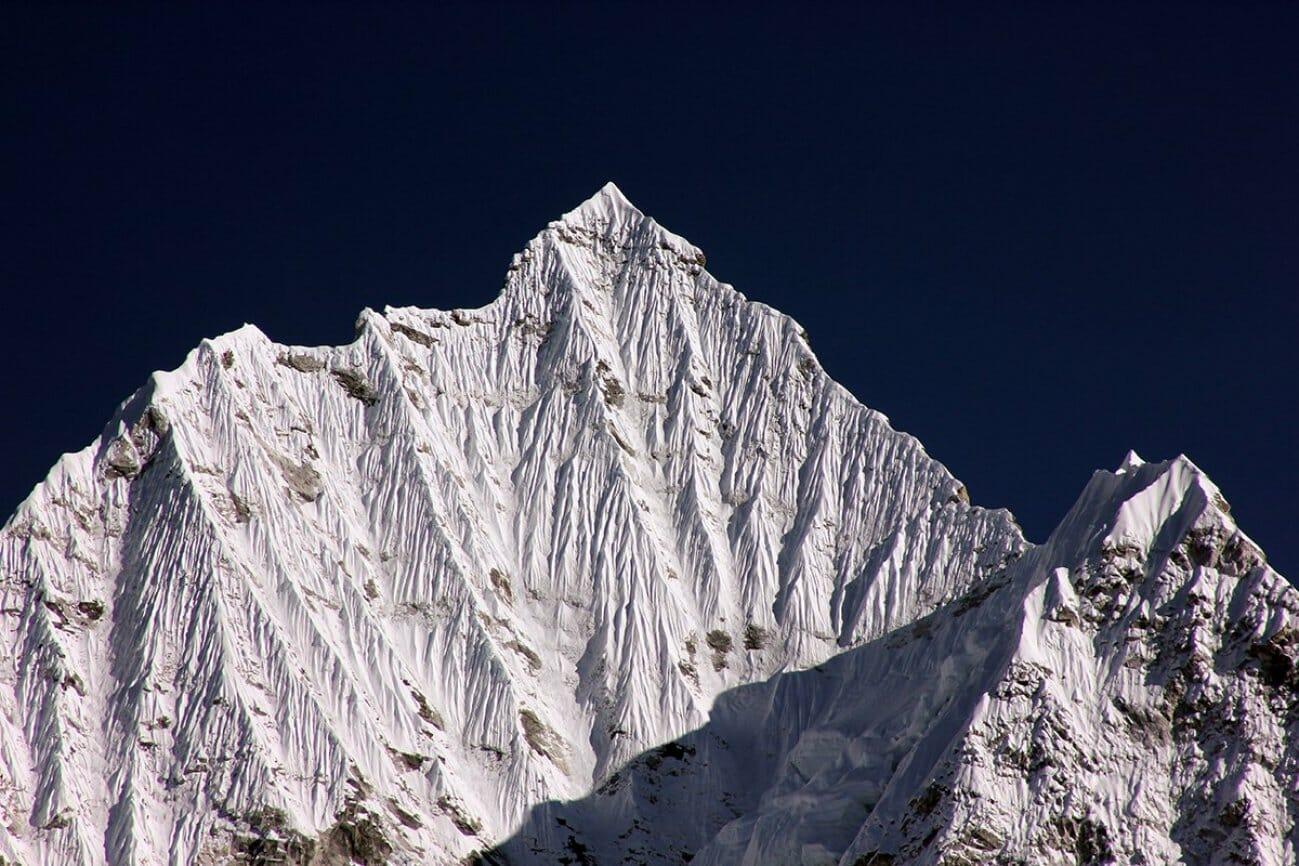 Пик одинокой горы полностью в снегу