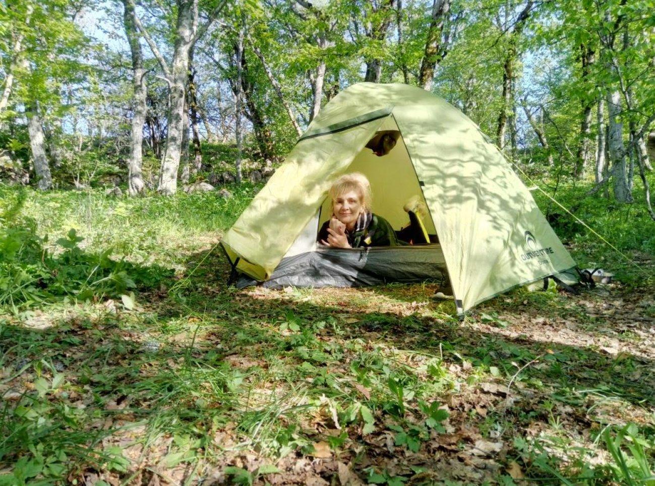 Отдых в туристической палатке в путешествии