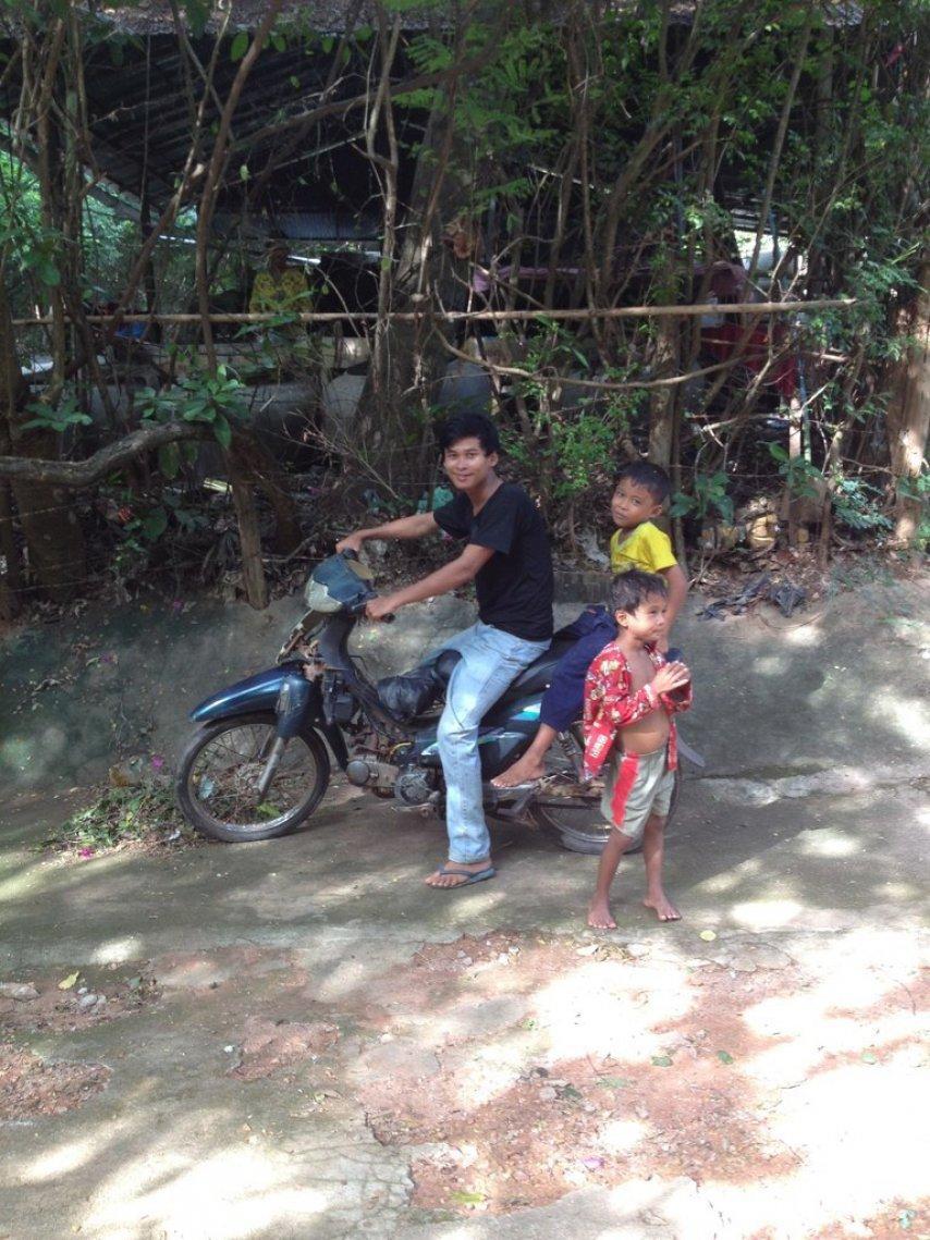 Камбожиец на мотороллере