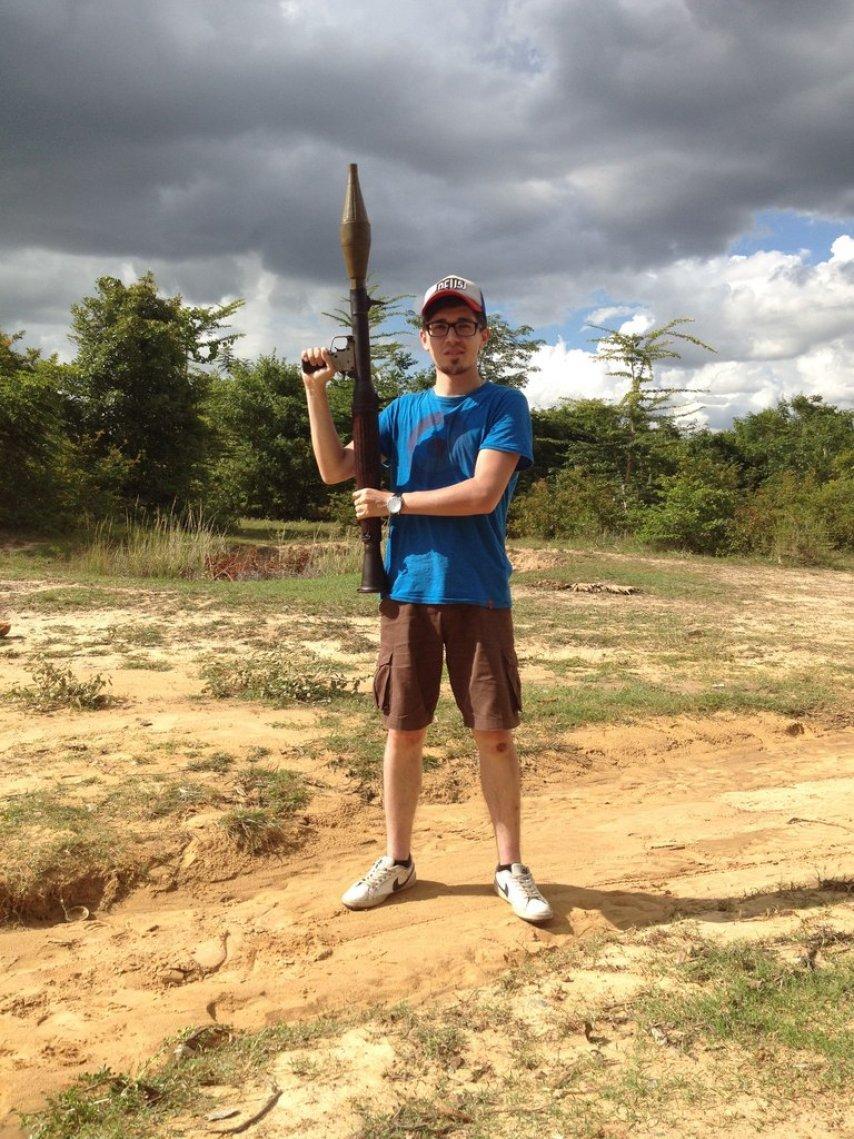 В Камбодже с настоящим гранатомётом в руках