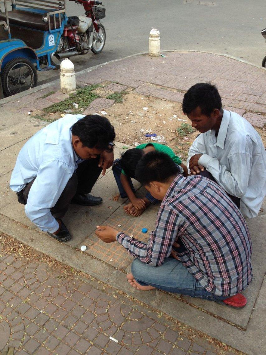 Камбоджийцы играют на асфальте