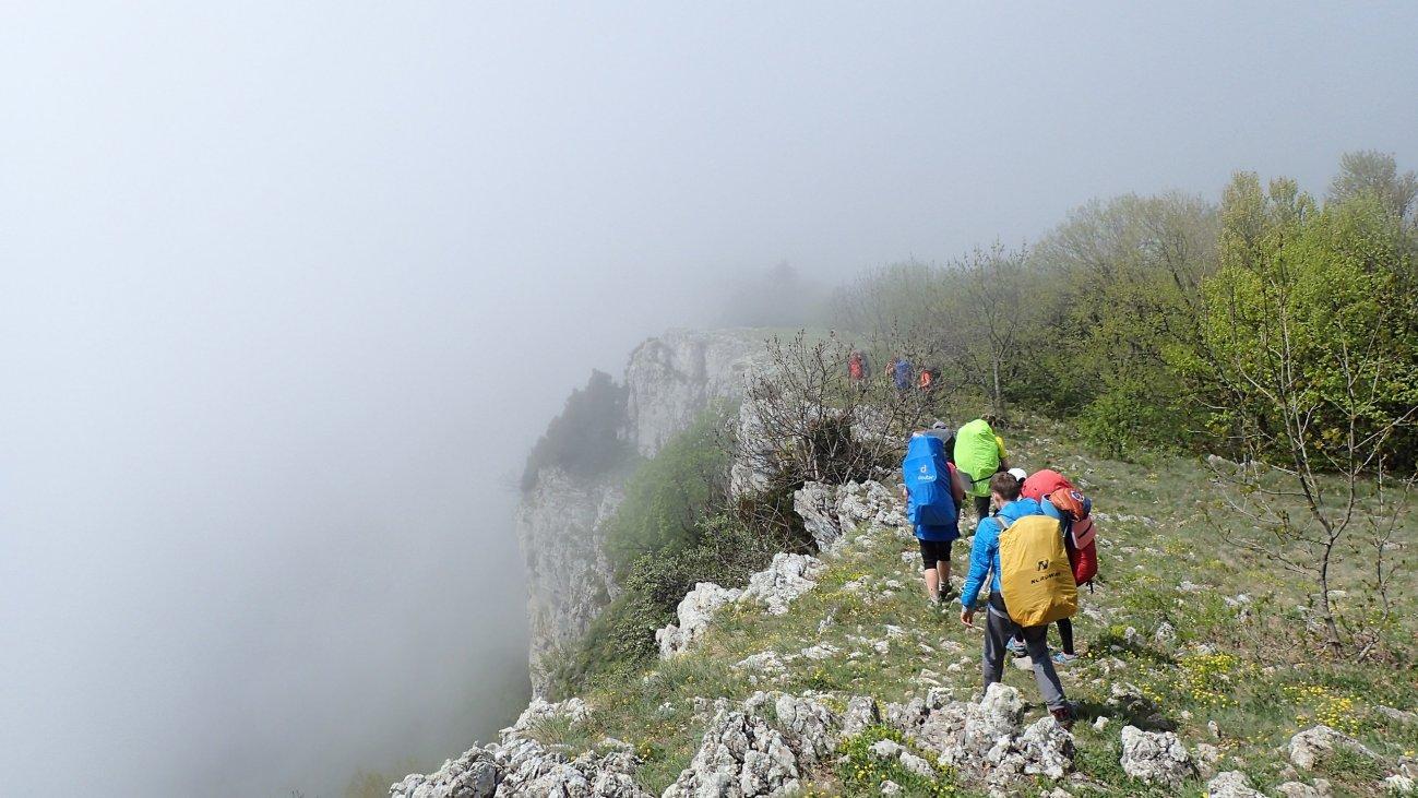 Поход по утесу на высокой скале в тумане