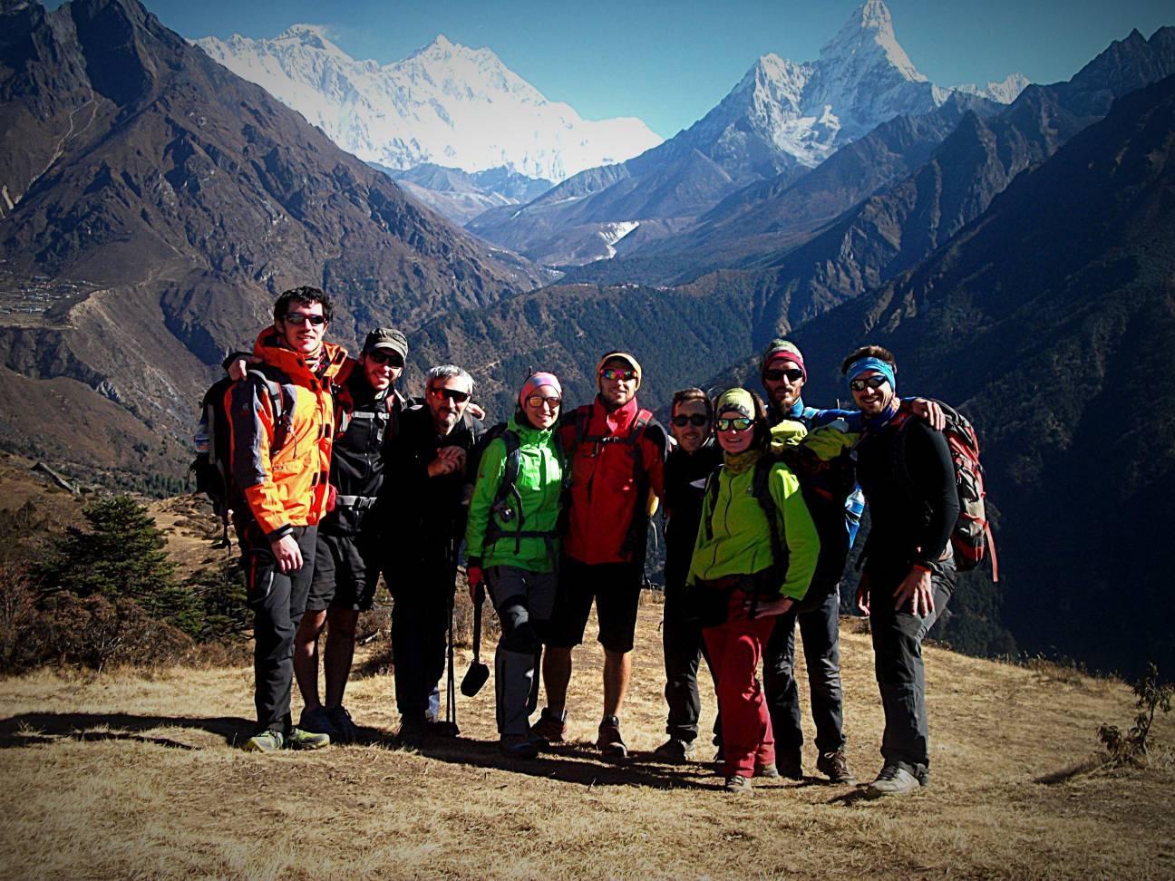 Туристы в горах в треккинговом походе
