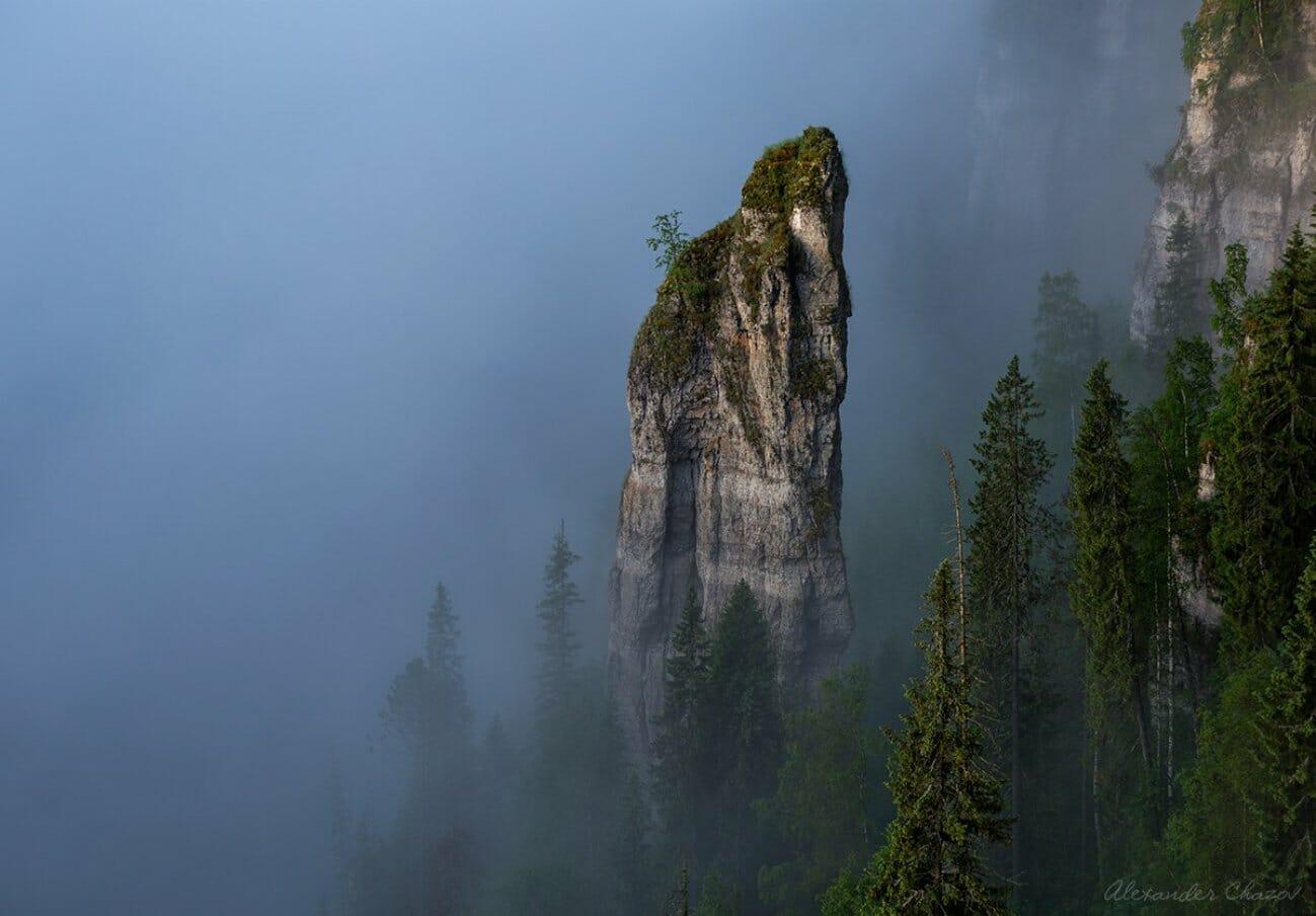 Одинокая скала в тумане