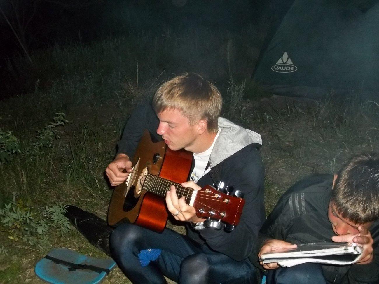 Друг играет на гитаре у костра