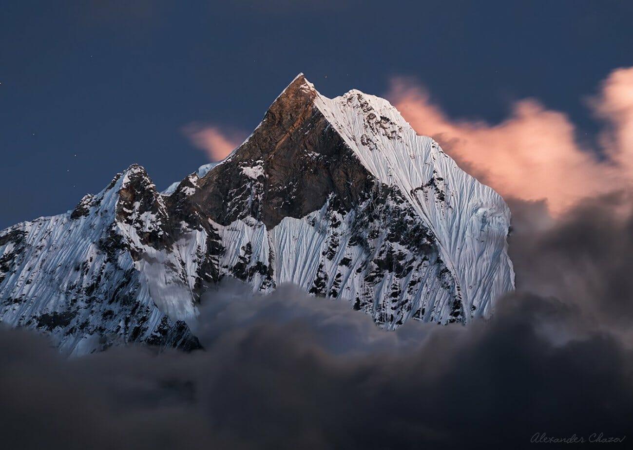 Высокие горы в закате под снегом