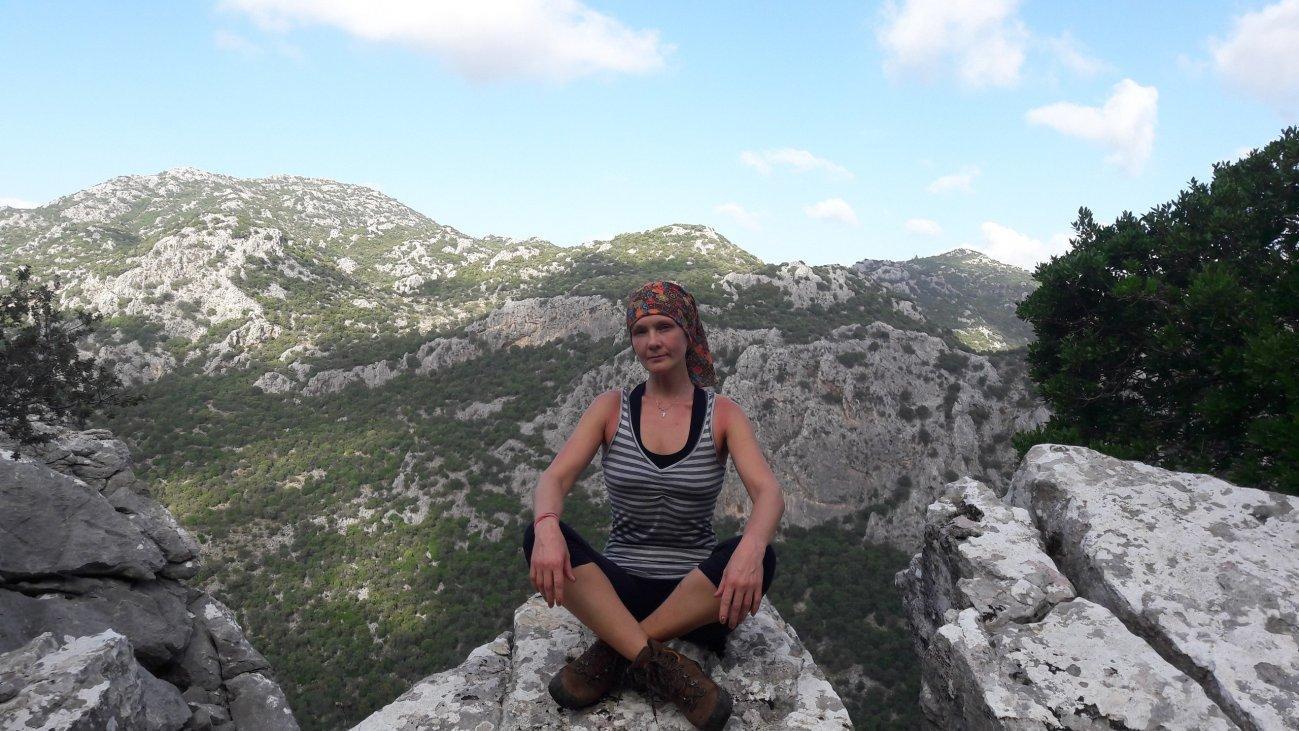 Отдых на камнях в горах
