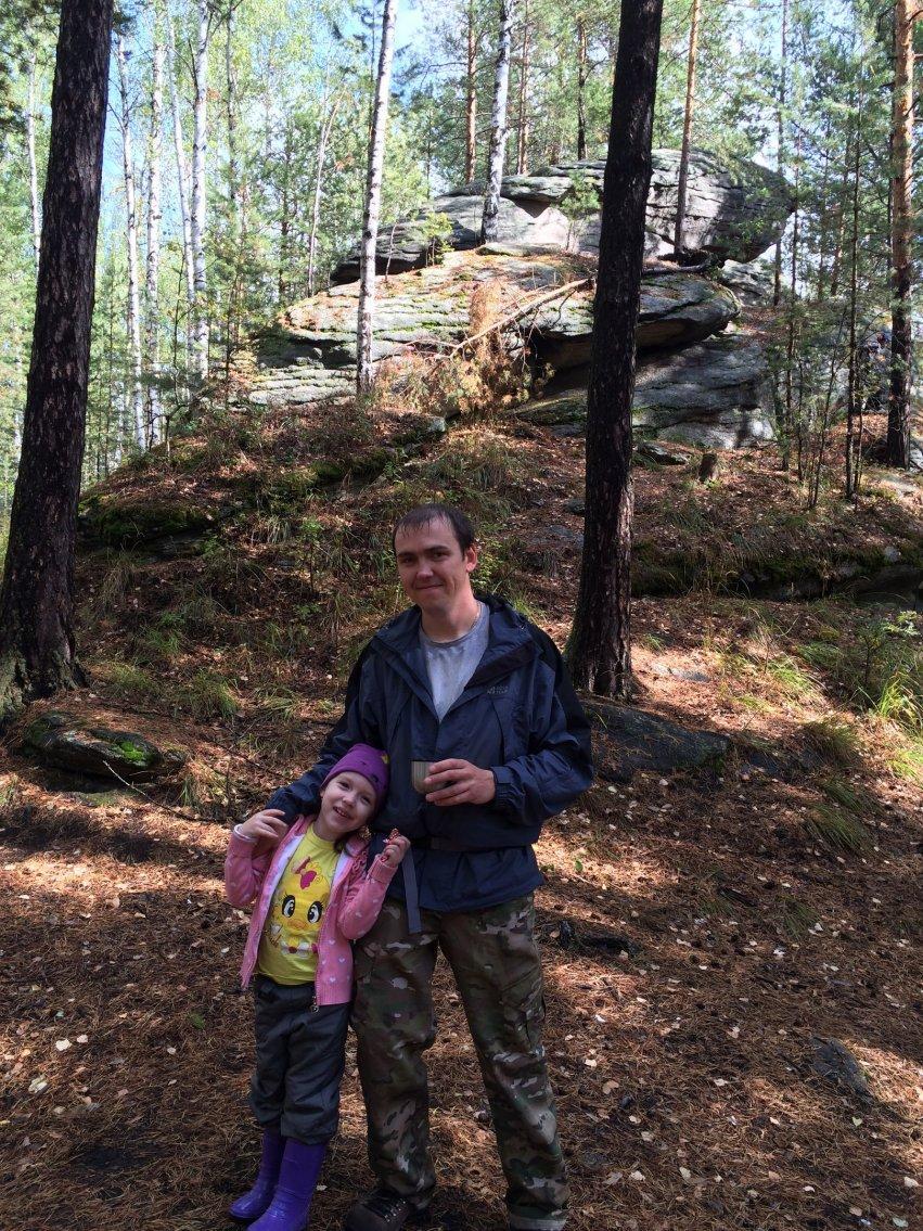 С дочкой в походе в лесу у скал
