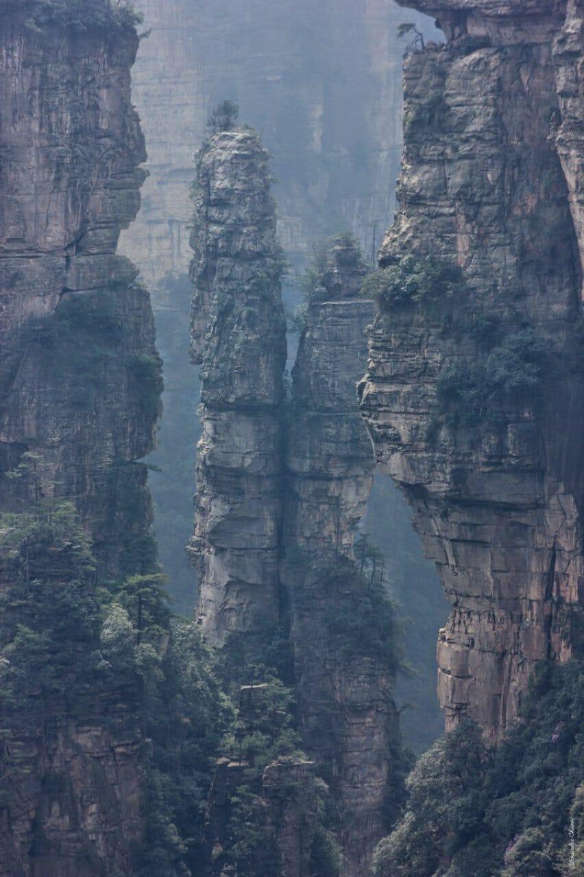 Одинокие скалы покрытые джунглями