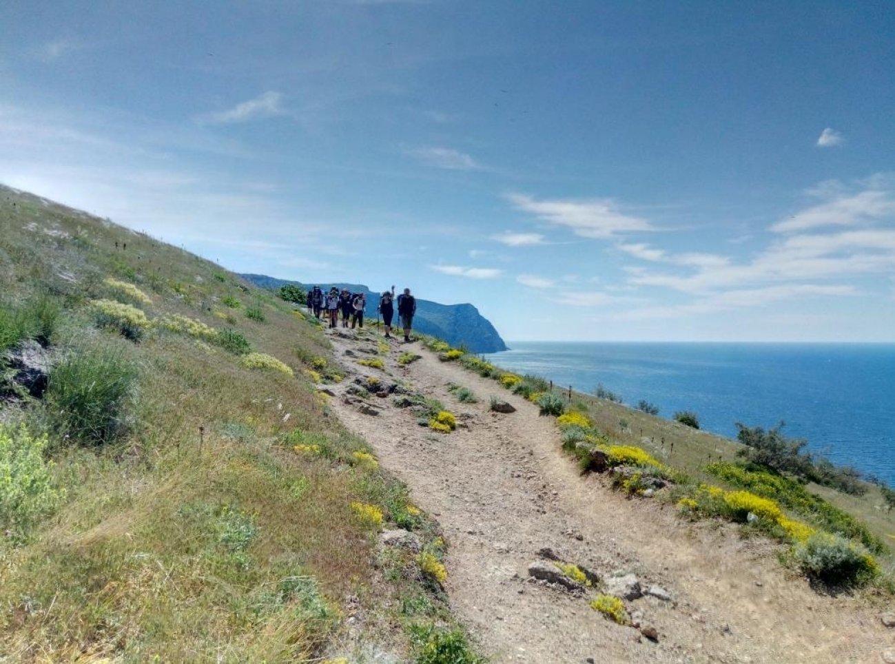 Путешествие туристов вдоль берега моря