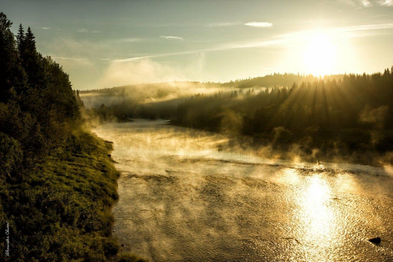 Закат над рекой в тумане