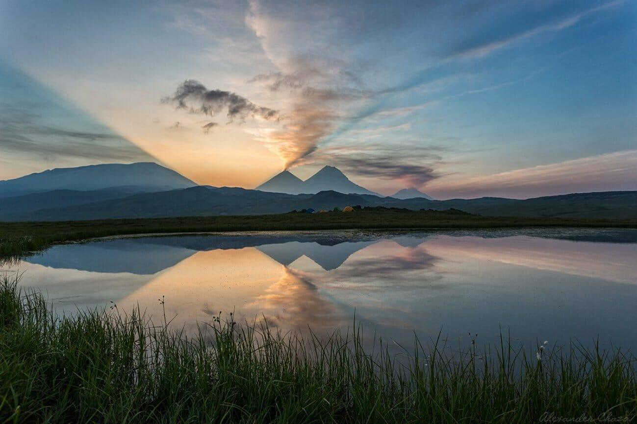 Закат над вулканами и озером