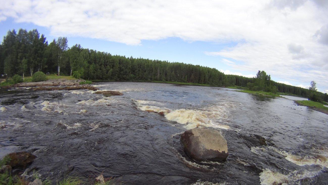 Река с каменными порогами