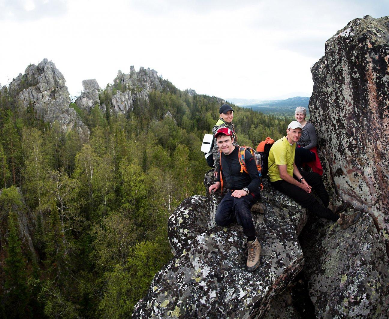Сидим на краю обрыва на высокой скале