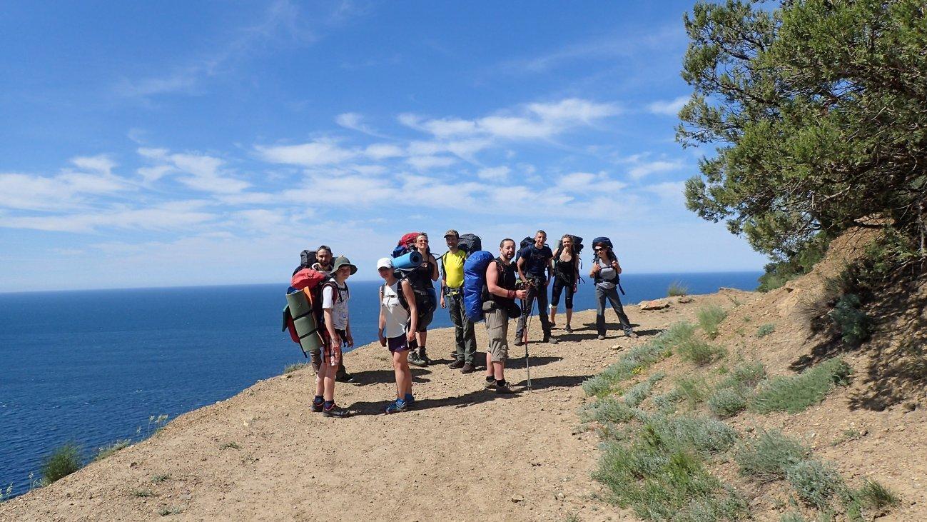 Группа туристов на фоне моря