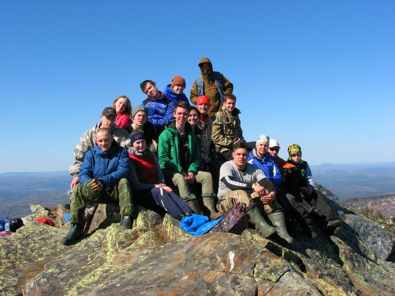 Отдых с друзьями на скале