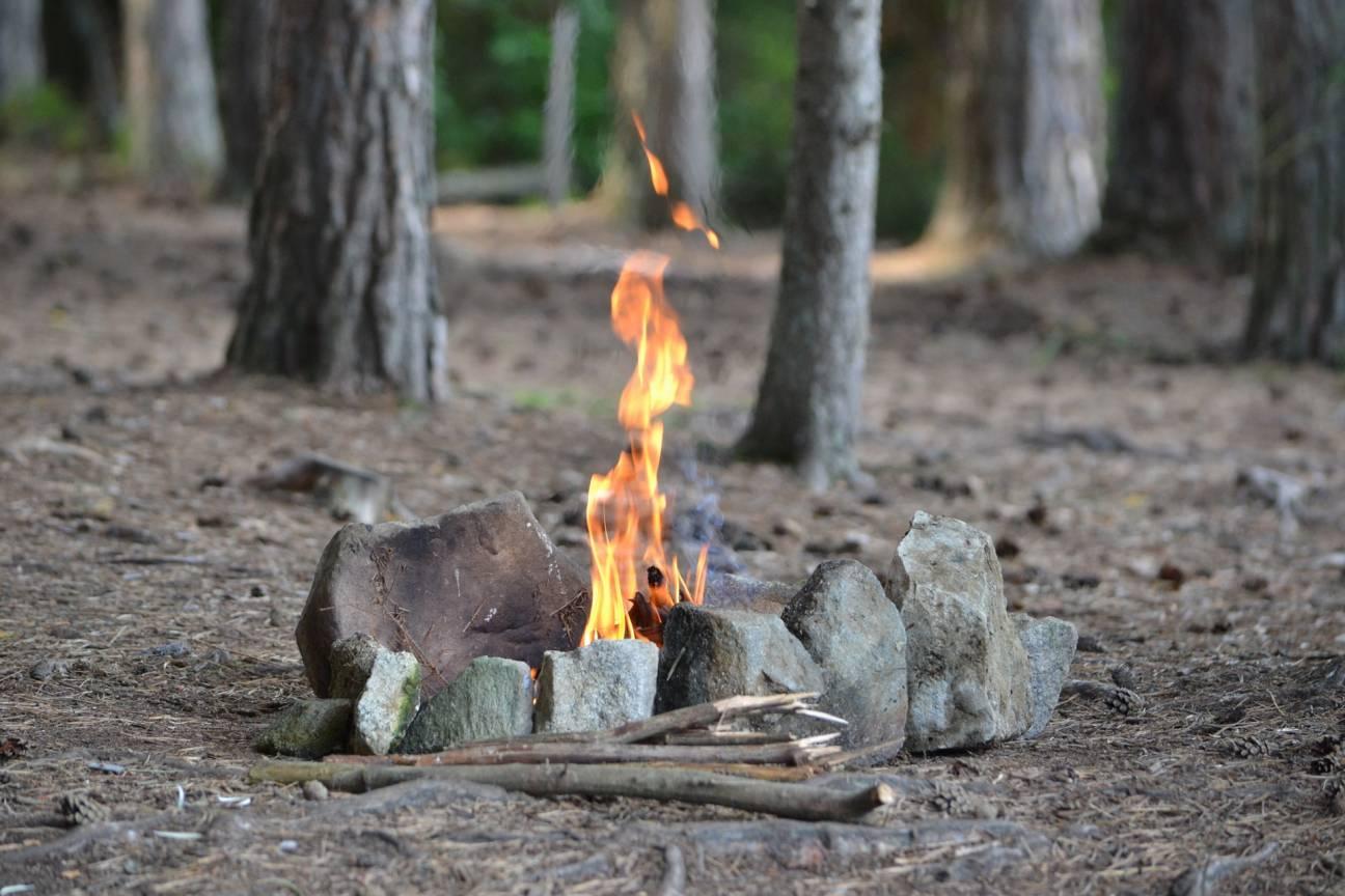 Огороженный и безопасный костер в лесу