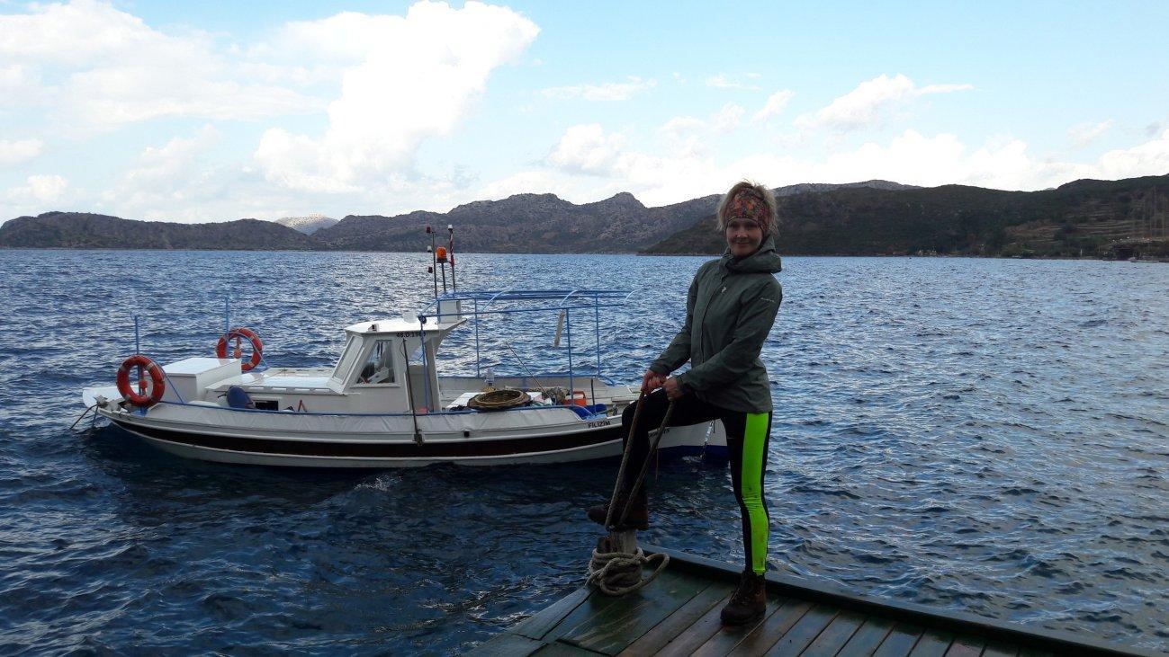 Девушка на фоне катера