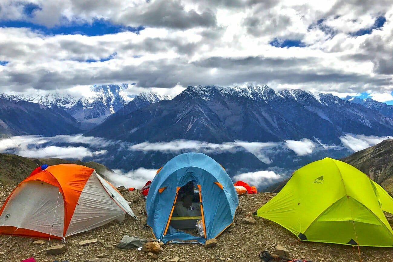 Туристические палатки высоко в горах