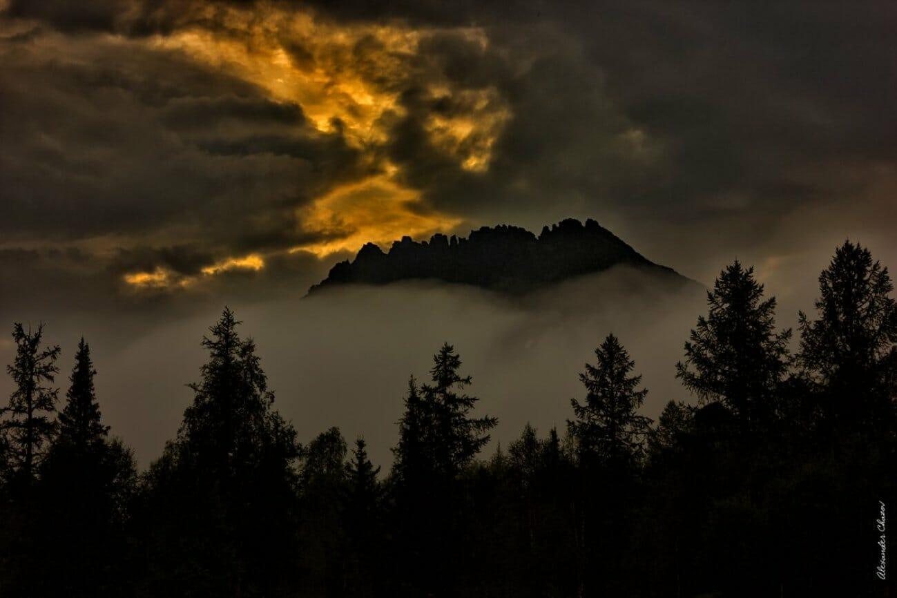 Одинокая гора в закате в облаках