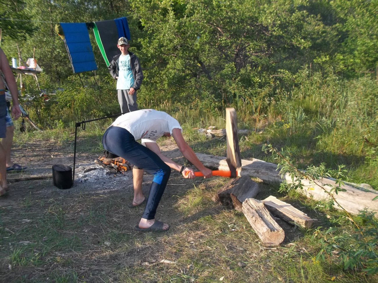 Рубим дрова в походе