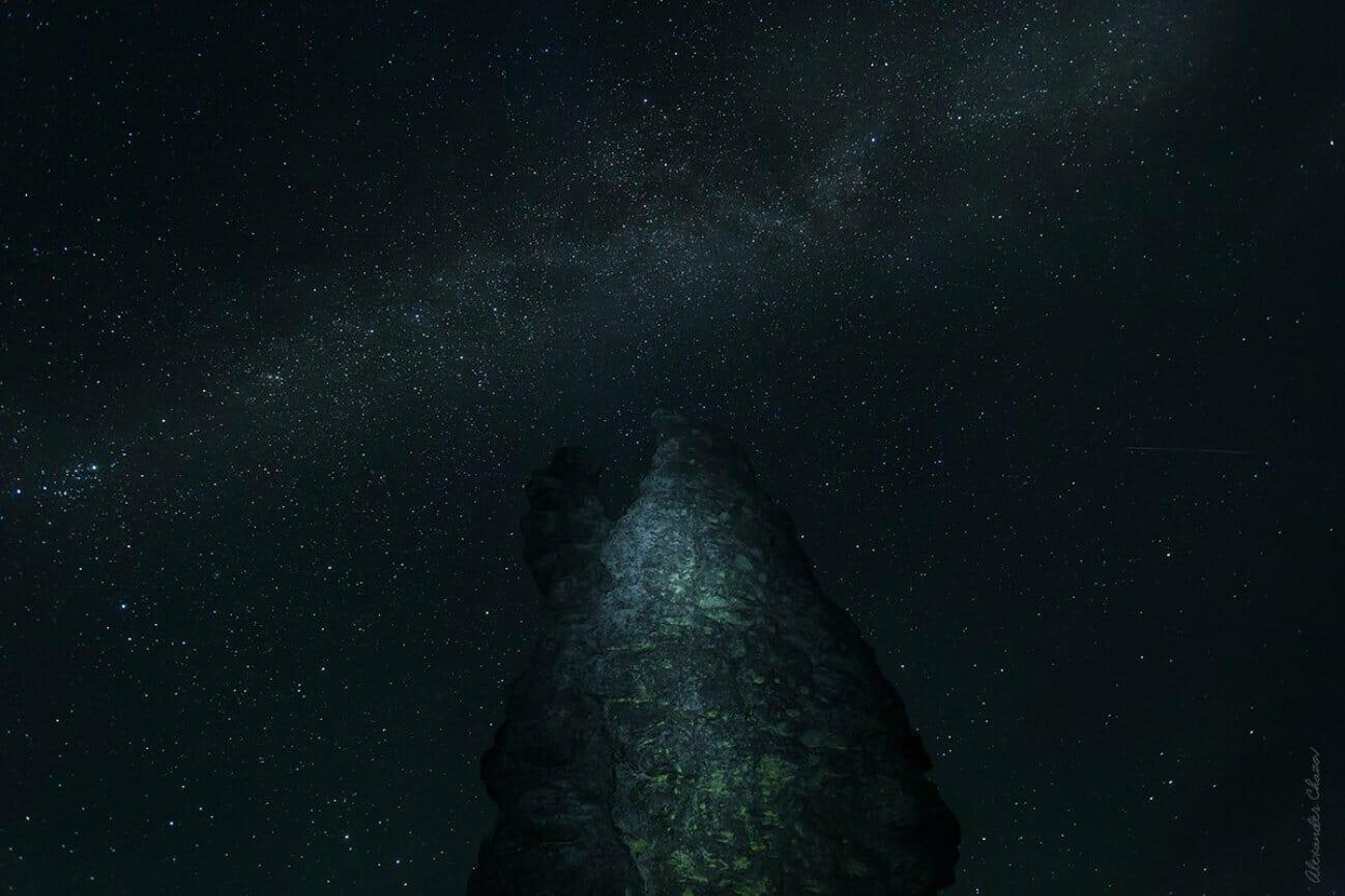Ночная скала под млечным путем