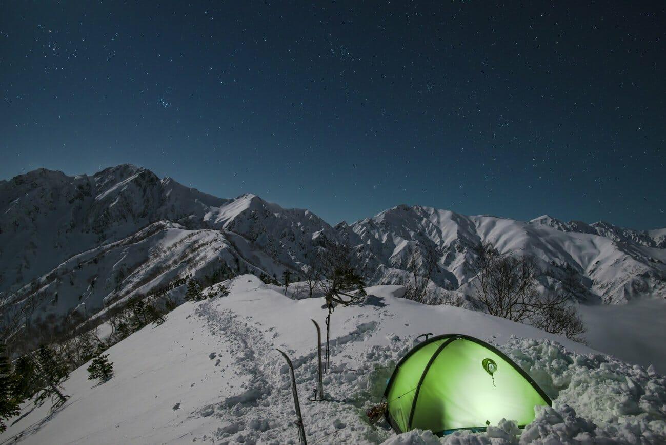 В палатке невозможно спать, там твёрдо и можно замёрзнуть