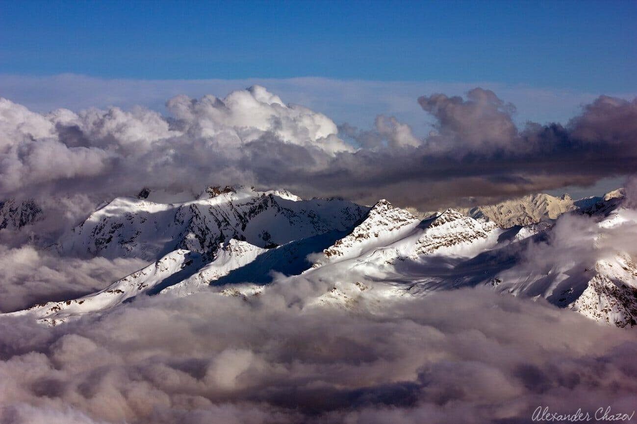 Горный хребет в облаках