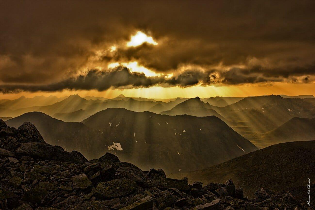Закат над горами под облаками