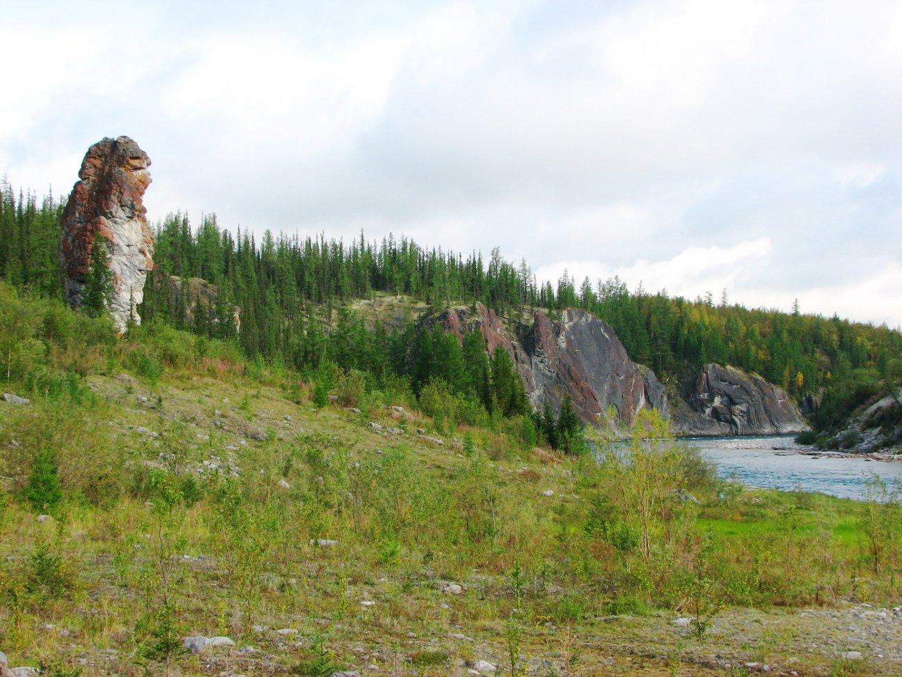 Каменные останцы рядом с рекой