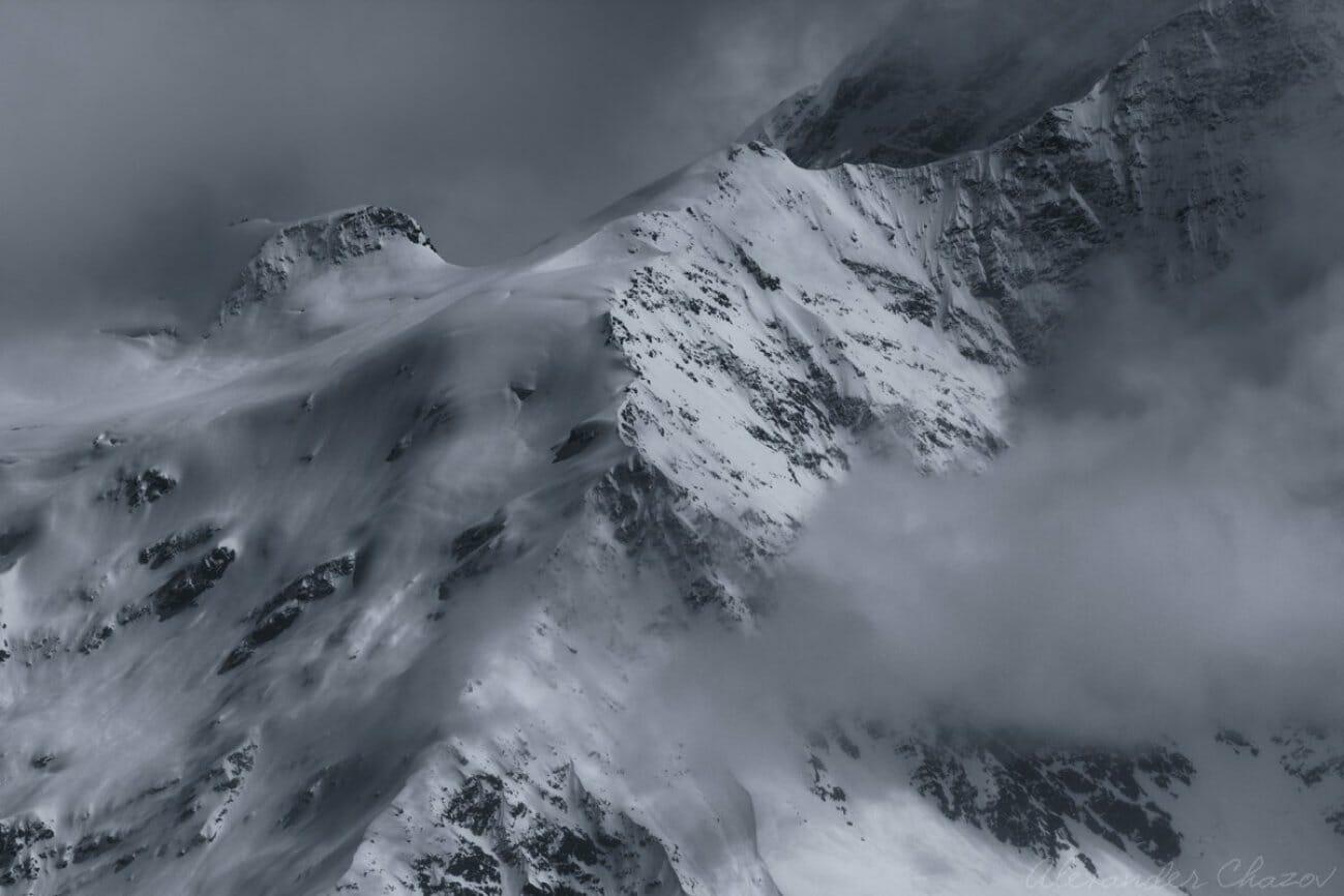 Склон горы в снегу и в тумане