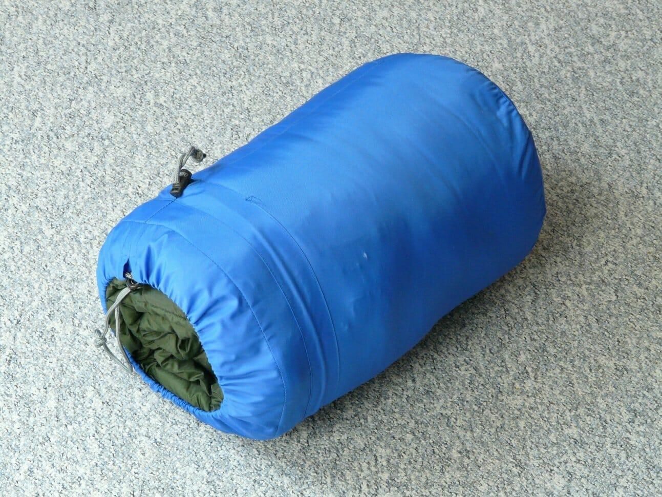 На дно рюкзака укладывается спальный мешок