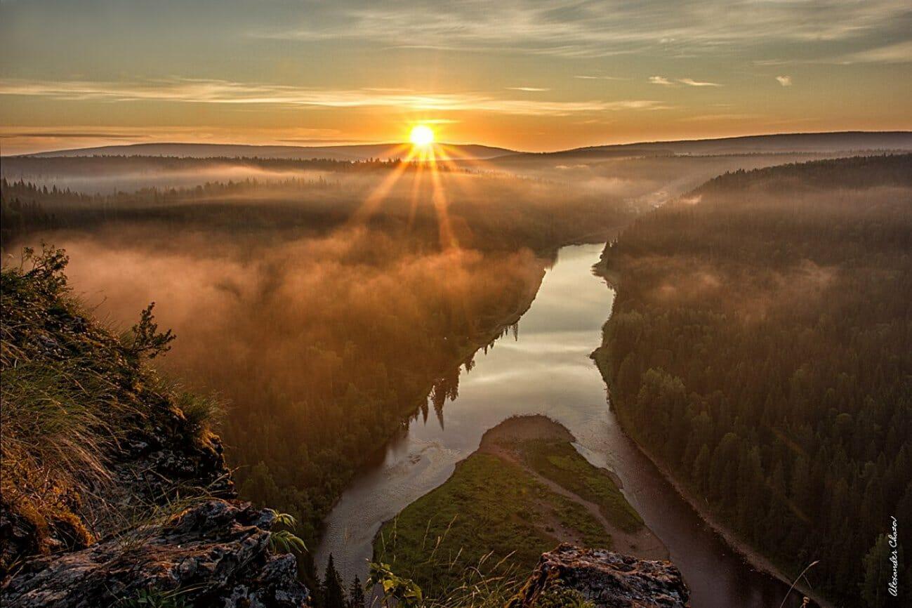Закат над рекой и туманной долиной