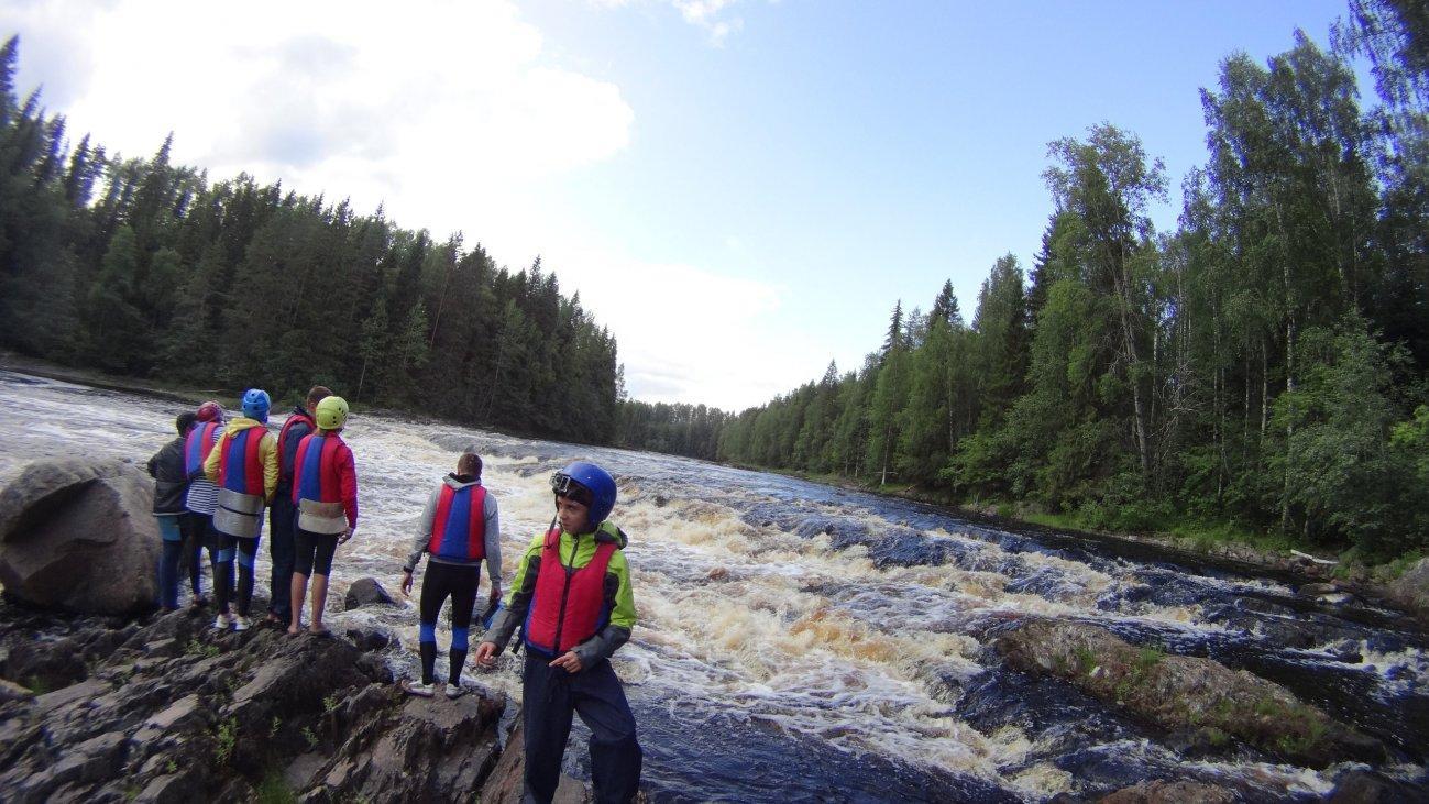 Подготовка к сплаву по бурной реке